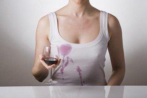 Как удалить пятна от красного вина на одежде