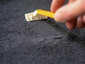 убрать катышки с помощью бритвы
