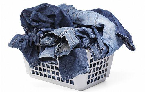 Как стирать джинсы правильно: вручную и на стиральной машинке