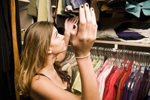 Неприятный запах в шкафу: как избавиться от него