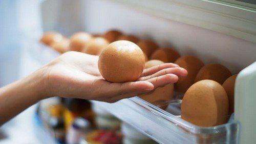 Сколько можно хранить разбитое яйцо в холодильнике